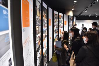 東日本大震災津波伝承館を訪れた高田小教員。「自分たちが知ることから」と熱心に見学した