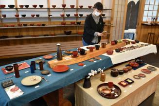 色鮮やかな安比塗の小皿やカップなどを展示販売する「うるしとおやつ展」
