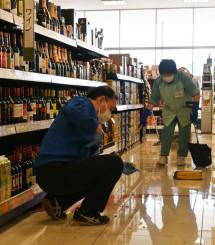 地震で落ちた商品の片付けに追われるスーパーの店員=1日午前10時43分、陸前高田市高田町・マイヤ高田店