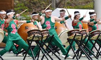 勇壮な太鼓演奏で会場を盛り上げた山口太鼓の会のメンバー