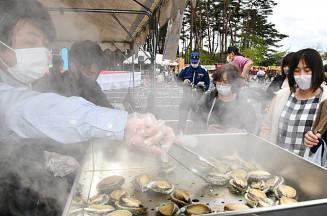 アワビの酒蒸しなど大船渡産の魚介類を使った品々が人気を集めた会場