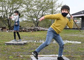 縄文時代のやり投げを体験する子どもたち