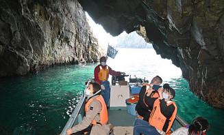 サッパ船で北山崎の魅力を満喫する観光客
