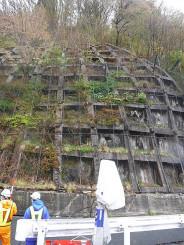 コンクリートの亀裂などが確認され通行止めが続いている西和賀町大石の国道107号の現場(県提供)