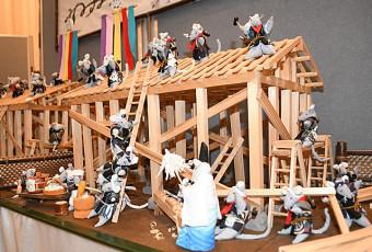 棟上げを再現した「ねずみの建前」