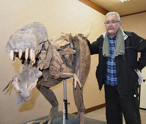 お気に入りのティラノサウルスと佐藤吉明館長