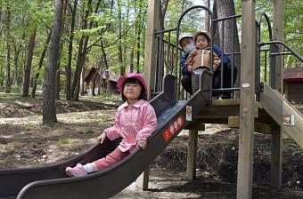 新しい滑り台で遊ぶ子どもたち