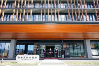 陸前高田市で行われた市役所新庁舎の開庁式=6日午前