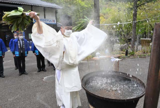龍泉洞の水を沸かした湯で参列者を清め疫病退散を願った神事