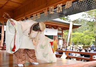 春の藤原まつり最終日に披露された毛越寺の延年舞「老女」