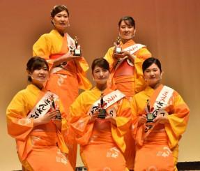 ミスさんさ踊りに選ばれた(前列左から)高橋由稀さん、繁田奈菜子さん、上山亜海さん、(後列左から)畠山知佳子さん、大野可奈子さん