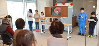 地元の神社にまつわる紙芝居を入居者らに披露する子どもたち