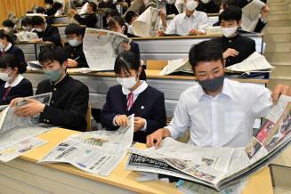 新聞を読んで興味のある記事や地元の話題を探す久慈高の2年生