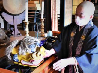 修復を終えて不動寺に戻った虎頭。古くから残る木製の虎頭は貴重という