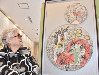 ぬくもりを感じさせる墨飯染の作品と制作者の佐藤貴和子さん