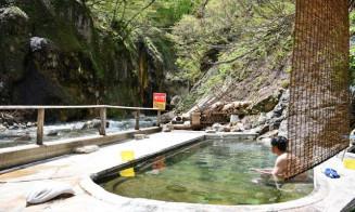 夏油川に面して露天風呂が並ぶ元湯夏油。コロナ禍と雪害に見舞われる中、集客に奮闘する