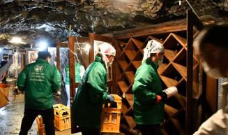 龍泉洞内の貯蔵庫に純米吟醸酒を収める泉金酒造の従業員