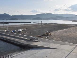 理研食品がスジアオノリを陸上養殖するため、大型水槽25基を設置する陸前高田市の脇之沢漁港