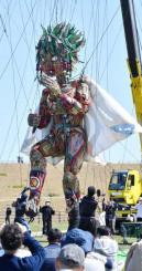 巨体を動かし来場者を圧倒するモッコ=15日、陸前高田市気仙町・高田松原津波復興祈念公園
