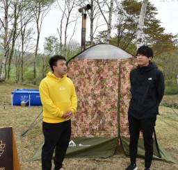 「サウナアソビ」の開催に向けて準備を進める佐藤孝代表(右)