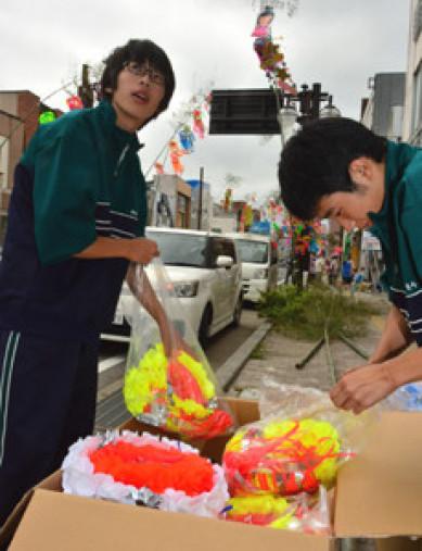 七夕飾りの取り付け準備をする高校生ヤングボランティアSEEDの久慈東高生