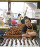 菓子店再興にフル回転いつかは「地域に貢献」