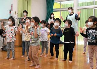 「わらしゃんど」のオリジナル曲に合わせて元気にダンスする玉山保育園の園児