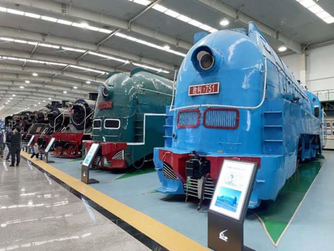 「あじあ号」をけん引した(右から)「パシナ」の751号機と757号機=中国遼寧省瀋陽市の瀋陽鉄路陳列館