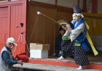 鵜鳥神社の例大祭で奉納される鵜鳥神楽の「恵比寿舞」