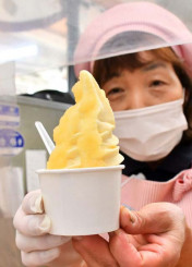 江刺ふるさと市場が販売している江刺りんごのピューレをかけたソフトクリーム