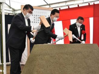 工事の安全を祈願し、くわ入れする(左から)中居哲弥理事長、達増知事、田村正彦市長