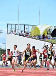 2年ぶりに開幕した高総体。青空の下を生徒が駆け抜けた=20日、北上市・北上総合運動公園陸上競技場