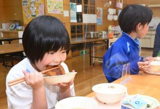 龍泉洞黒豚のメンチカツを味わう有芸小の児童