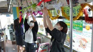 チャグバスの車内を華やかに飾る滝沢市と県北バスの関係者