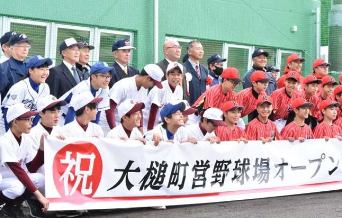 式典の記念撮影で笑顔を見せる選手や関係者