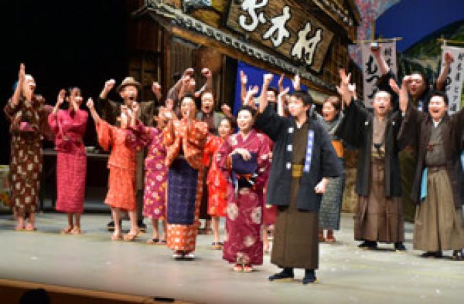 ビールの完成を拳を突き上げて喜ぶ主人公宏太郎(手前)と仲間たち