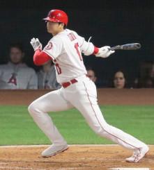 アスレチックス戦の6回、右へ二塁打を放つエンゼルス・大谷翔平=アナハイム(共同)