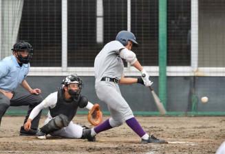 久慈-花巻東 12回裏花巻東2死二塁、佐藤がサヨナラの中越え二塁打を放つ。捕手吉田、球審千葉=一関