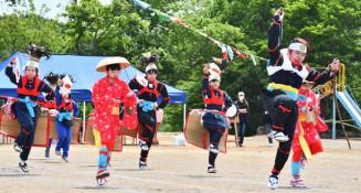 伝統の「広小剣舞」を元気に踊る広瀬小の児童ら