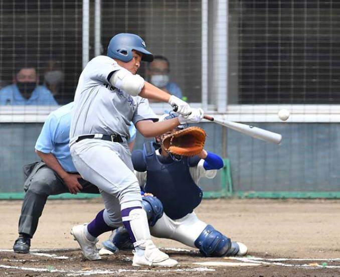 花巻東-盛岡大付 1回表花巻東1死、佐々木が右翼へ先制本塁打を放つ=一関