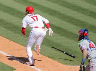 レンジャーズ戦の6回、三塁内野安打を放ち一塁へ駆けるエンゼルス・大谷翔平=アナハイム(共同)