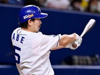8回中日1死、阿部寿樹が左越えに勝ち越し本塁打を放つ=バンテリンドーム