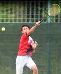テニス男子団体決勝 岩手-花巻北 鋭いリターンでコースを突く岩手の中村右京=盛岡市立太田コート
