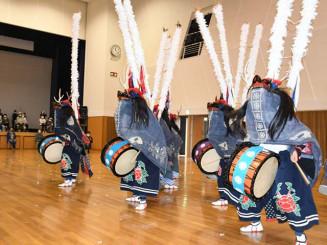 地域への感謝を込めて演舞する大東高鹿踊部の部員ら