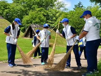御所野縄文公園内の清掃をする御所野愛護少年団の団員ら
