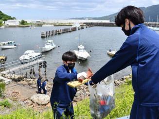 学校周辺の清掃活動をする宮古商工高の生徒
