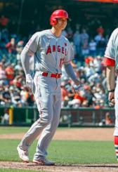 ジャイアンツ戦の9回、代打で四球を選び出塁したエンゼルス・大谷翔平=サンフランシスコ(共同)