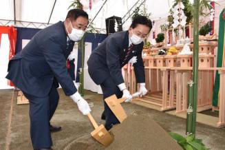 起工式でくわ入れをする達増知事(右)と谷藤裕明市長
