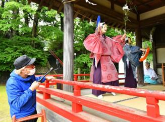 呑香稲荷神社の神代神楽の撮影を行う猿楽さん(左)