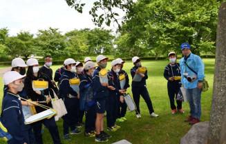 二戸市教委が本年度始める「ふるさと探訪塾」で、九戸城跡について学ぶ石切所小の6年生